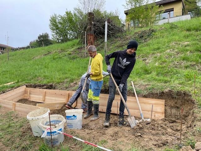 Martin Buchs und die Jugendlichen bei der Arbeit im Naturschutzgebiet Rotsee.